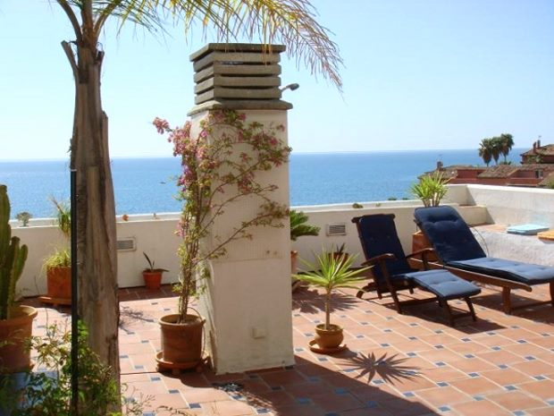 Terrasse des Apartments in Estepona Spanien